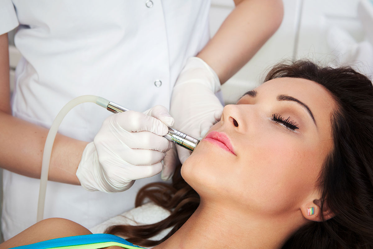 Gyémántfejes mikrodermabrázió, bőr és arccsiszolás kozmetikai kezelés